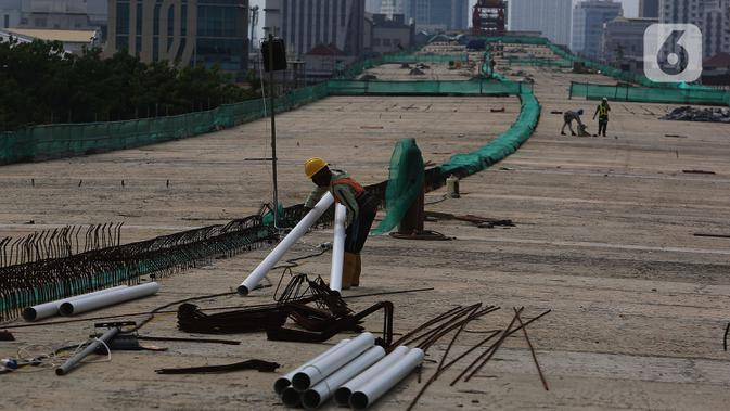 Pekerja merangkai besi baja dinding Jalan Tol Layang Dalam Kota di Kelapa Gading, Jakarta, Kamis (15/10/2020). Penyelesaian pembangunan Jalan Tol Layang Dalam Kota Jakarta atau sering disebut dengan 6 Ruas Jalan Tol Dalam Kota Jakarta ini ditargetkan pada pertengahan 2021. (merdeka.com/Imam Buhori)