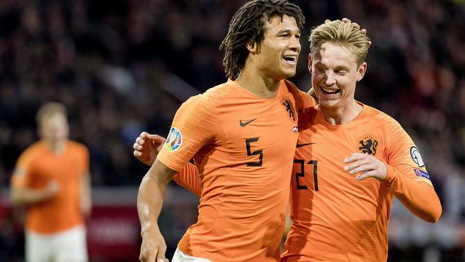 Bek Timnas Belanda, Nathan Ake (kiri), selebrasi bersama Frenkie de Jong setelah menjebol gawang Estonia dalam penyisihan Grup C Piala Eropa 2020 di Johan Cruijff Arena, Amsterdam,Rabu dini hari WIB (20/11/2019). (ANP/AFPKoen Van Weel)