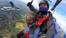 為了完成遺願,102歲婆婆不畏高齡就是要跳傘,帥氣說「年齡當作參考就好啦」