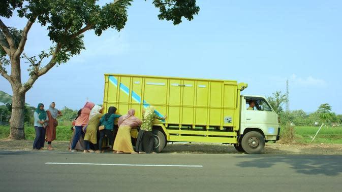 Adegan truk milik Gotrek mogok dalam film Tilik. (Foto: Dok. Ravacana Films)