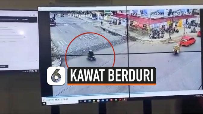 VIDEO: Detik-Detik Pengendara Motor Wanita Tabrak Kawat Berduri