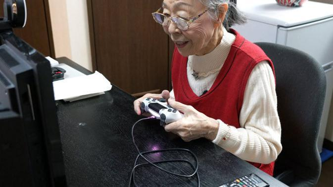 Hamako Mori, nenek berusia 90 tahun asal Jepang yang jadi Video Games tertua dunia versi rekor Guinness World Records (Photo Credit: Guinnessworldrecords.com)
