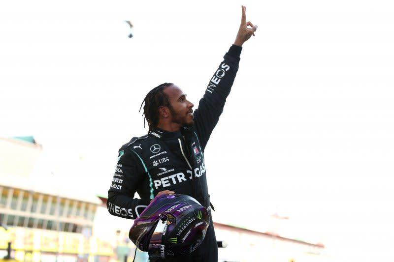 Hamilton juarai GP Tuscan yang kacau balau