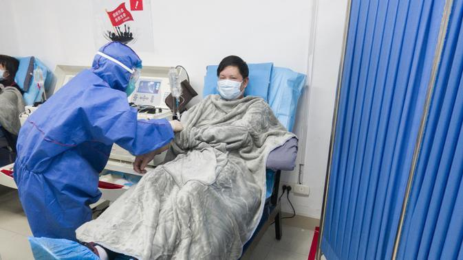 Pasien yang pulih dari coronavirus menyumbangkan plasma di Pusat Darah Wuhan di Wuhan, Hubei, China (17/2/2020). Beberapa pasien yang telah sembuh menganggap menjadi donor sebagai cara berterima kasih kepada masyarakat karena telah menerima perawatan yang efektif dan tepat waktu. (Xinhua/Cai Yang)