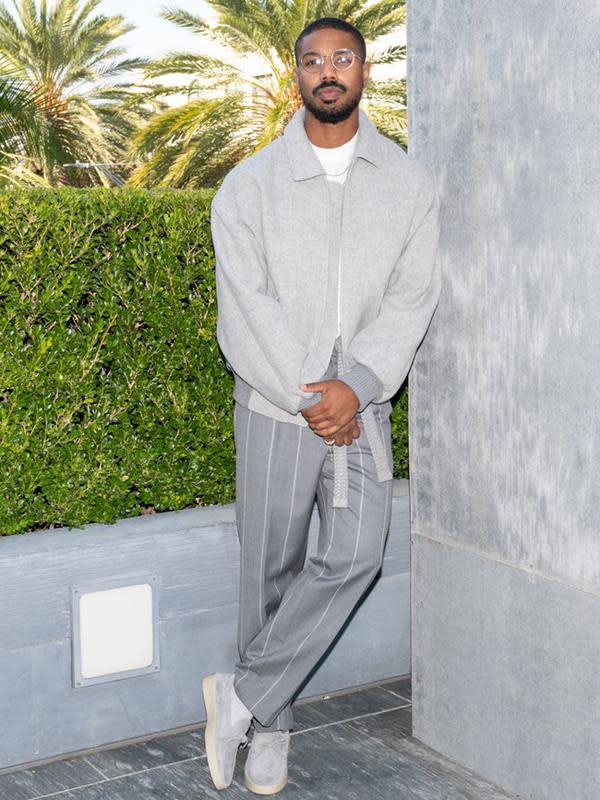 Pertama ada Michael B Jordan yang memakai jaket bomber berwarna abu-abu dan platted trousernya. Dipadukan dengan crewneck shirt berwarna putih, belt katun yang diikat dan sepatu suede berwarna putih. (FOTO:Owen Kolasinski/BFA.com)