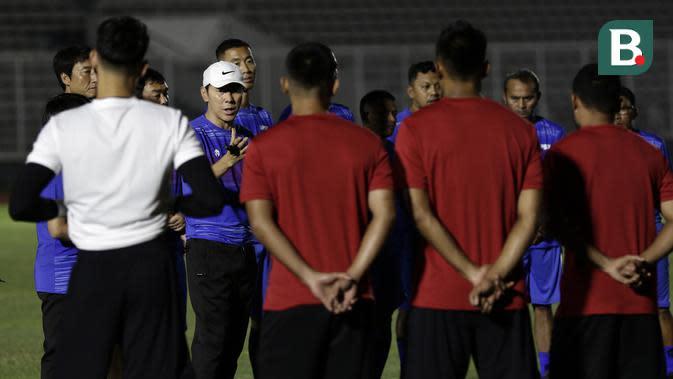 Pelatih Timnas Indonesia, Shin Tae yong, memberikan arahan kepada pemainnya saat latihan di Stadion Madya, Senayan, Jakarta, Jumat (14/2). Latihan pertama Timnas Indonesia ini diikuti 30 pemain.(Bola.com/Yoppy Renato)