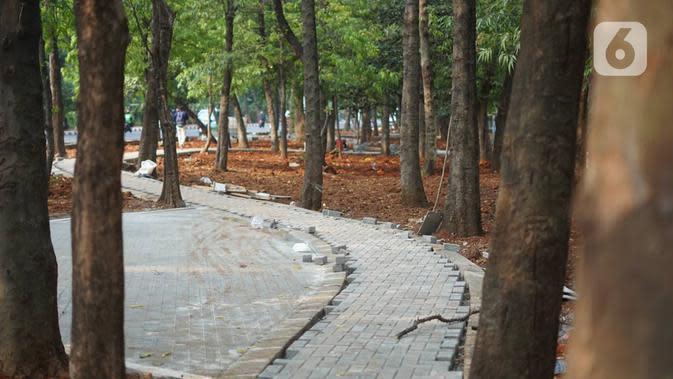 Jogging track yang sedalam dalam tahap penyelesaian di Taman Citra PPSU Srengseng Sawah, Jakarta, Rabu (4/12/2019). Jogging track itu dibuat guna meningkatkan kenyamanan bagi warga yang ingin beraktivitas di taman tersebut. (Liputan6.com/Immanuel Antonius)