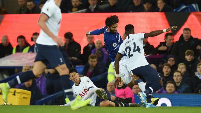 Gelandang Everton Andre Gomes (tengah) ditekel striker Tottenham Hotspur Son Heung-min pada pertandingan Liga Inggris di Goodison Park, Liverpool, Inggris, Minggu (3/11/2019). Tekel Son Heung-min menyebabkan Andre Gomes patah kaki. (Oli SCARFF/AFP)