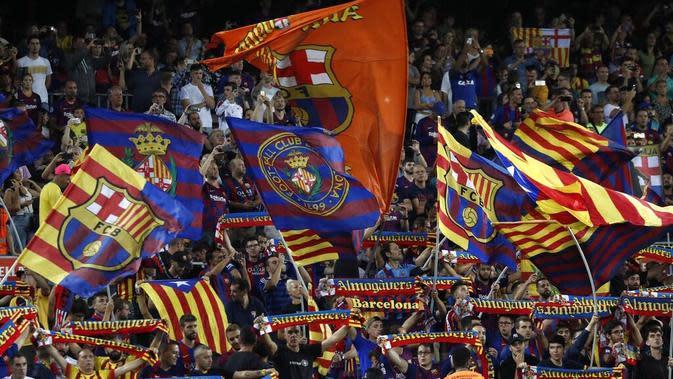 Suporter Barcelona saat melawan Valencia pada laga La Liga di Stadion Camp Nou, Sabtu (14/9). Barcelona menang 5-2 atas Valencia. (AP/Joan Monfort)