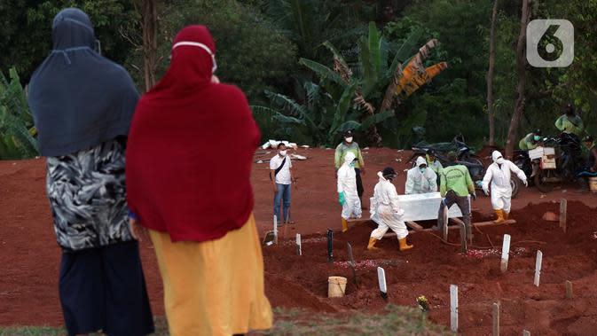 Proses pemakaman jenazah dengan protokol COVID-19 di TPU Pondok Ranggon, Jakarta, Sabtu (19/9/2020). Hingga Sabtu (19/9), angka positif COVID-19 di Indonesia bertambah menjadi 240.687 orang, sembuh 174.350 dan meninggal dunia 9.448. (Liputan6.com/Helmi Fithriansyah)