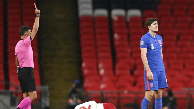 Bek Inggris, Harry Maguire, mendapat kartu merah saat pertandingan melawan Denmark pada laga UEFA Nations League di Stadion Wembley, Kamis (15/10/2020). Denmark menang dengan skor 1-0. (Daniel Leal-Olivas/Pool via AP)