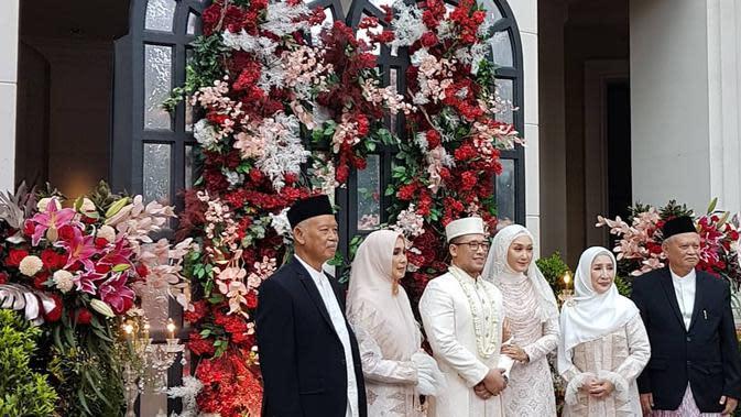 Potret bahagia desainer berusia 28 tahun itu setelah resmi menikah lagi. Sebelumnya, ia telah menikah dengan Tito Haris Prasetyo. Rumah tangganya hanya bertahan sekitar lima tahun dan berakhir tahun 2016. (Instagram/ghatie.rp)