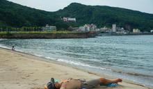 天氣熱 北海岸沙灘出現戲水人潮(2) (圖)