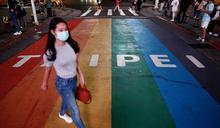台灣疫情:飛行員群組爆發加社區案例陡升後,抗疫「典範」陷入質疑