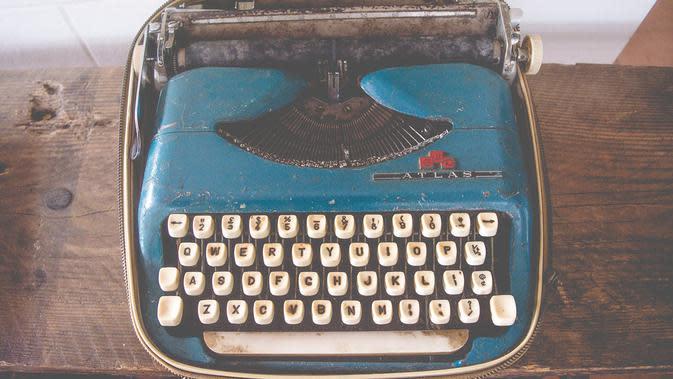 Ilustrasi menulis, puisi. (Photo by rishi on Unsplash)