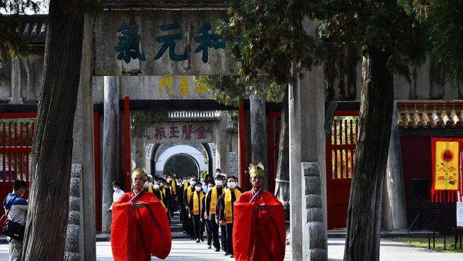 Orang-orang menghadiri upacara peringatan Konfusius di Qufu, Provinsi Shandong, China timur (28/9/2020). Sebuah upacara untuk memperingati 2.571 tahun kelahiran tokoh bijak dan pendidik dari zaman China kuno, Konfusius (551-479 SM), digelar di Qufu pada Senin (28/9). (Xinhua/Guo Xulei)