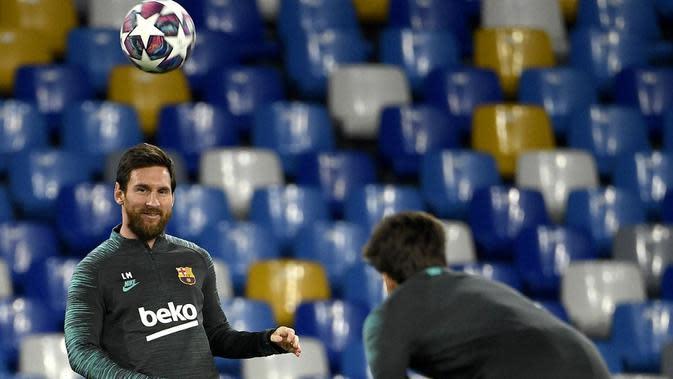 Lionel Messi saat sesi menjajal lapangan di Stadion San Paolo bersama Barcelona jelang laga kontra Napoli (24/2/2020). (AFP/Filippo Monteforte)