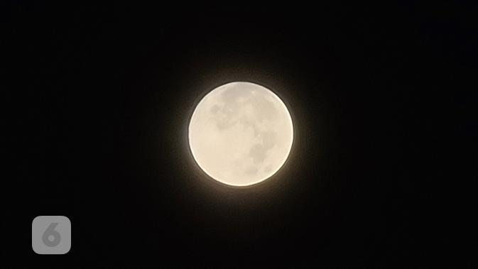 Memotret bulan dengan Kamera Zoom di Samsung Galaxy S20 Ultra. Liputan6.com/MochamadWahyu Hidayat