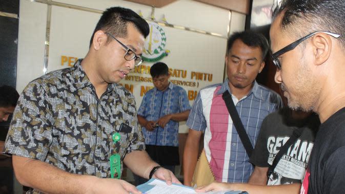 Gerakan Rakyat Menggugat (GERAM) melaporkan adanya pungutan janggal jasa pelayanan Rp6 ribu RSUD dr R Soetijono Blora, Jawa Tengah, ke Kejaksaan Negeri (Kejari) Blora pada Jumat (13/3/2020) (Liputan6.com/ Ahmad Adirin)