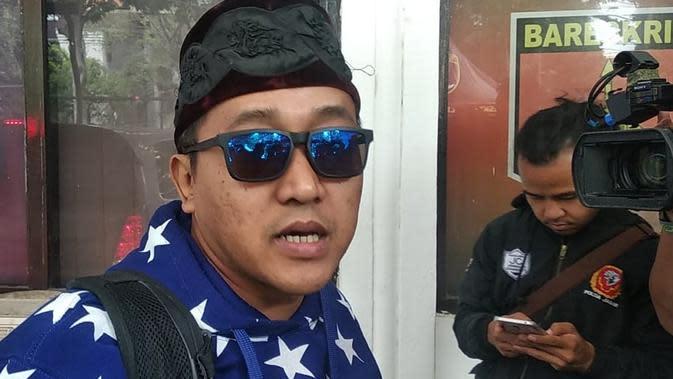 Suami mendiang Lina Jubaedah, Teddy Pardiyana mendatangi Mapolrestabes Bandung, Jumat (10/1/2020). (Liputan6.com/Huyogo Simbolon)