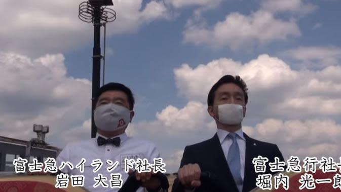 Dua orang mencoba untuk menaiki Fujiyama Roller Coaster di Fuji Q Highland (Dok.YouTube/Mix - Fuji-Q Highland Official)