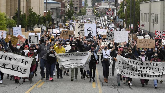Pengunjuk rasa berbaris di Monroe Street saat memprotes kematian George Floyd di Kota Spokane, Washington, Amerika Serikat, Minggu (7/6/2020). Gelombang protes atas kematian George Floyd terus mengguncang Amerika Serikat. (Tyler Tjomsland/The Spokesman-Review via AP)