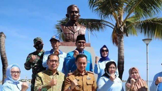 Patung Pahlawan di Anjungan Pantai Losari Makassar