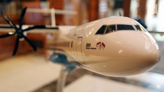 Replika Pesawat R80 dipamerkan saat penandatanganan Partneship Agreement dengan investor R80, Jakarta, Kamis (22/2). Ilham Habibie menegaskan dua perusahaan asal Italia mengambil bagian dalam program pengembangan Pesawat R80. (Liputan6.com/JohanTallo)
