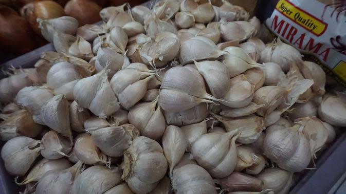Harga bawang puth di Solo mencapai Rp60 ribu per kilogram, alhasil Kementerian Pertanian menggelar operasi pasar murah di pasar Gede Solo, Kamis (13/2).(Liputan6.com/Fajar Abrori)