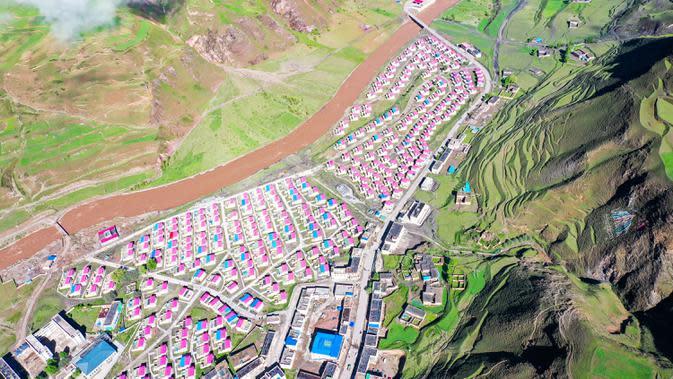 Foto dari udara yang diabadikan pada 14 Juni 2020 ini memperlihatkan aliran Sungai Gaqu yang melewati area relokasi di Kota Chido di Wilayah Dengqen di Qamdo, Daerah Otonom Tibet, China barat daya. (Xinhua/Tian Jinwen)