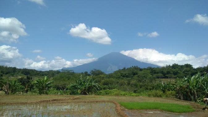 Pengelola Gunung Ciremai resmi menutup aktivitas jalur pendakian dan objek wisata di sekitar pegunungan merespon pencegahan penyebaran covid-19. Foto (Liputan6.com / Panji Prayitno)