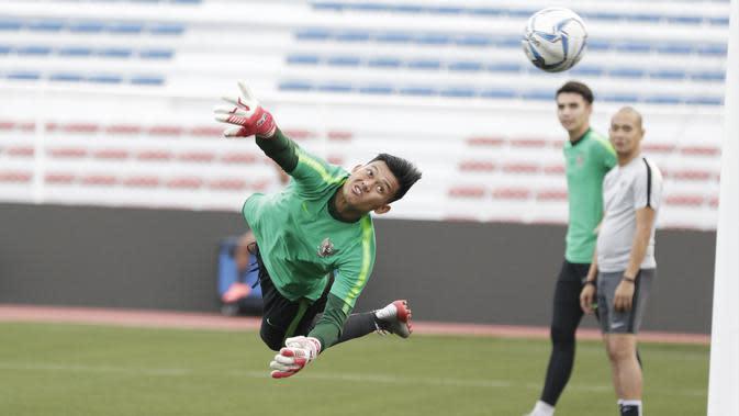 Kiper Timnas Indonesia U-22, Muhammad Riyandi, berusaha menangkap bola saat latihan di Stadion Rizal Memorial, Manila, Senin (25/11). Latihan ini persiapan jelang laga SEA Games 2019 melawan Thailand. (Bola.com/M Iqbal Ichsan)