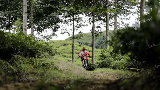 Seorang pebalap beraksi dalam Indonesian Enduro Series di KTH Bike Park, Puncak, Bogor, (29/5/2016). Ini adalah kompetisi enduro sepeda gunung pertama di Indonesia. (Bola.com/Arief Bagus)