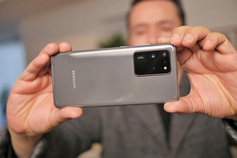Taking a photo with the Samsung Galaxy S20 Ultra