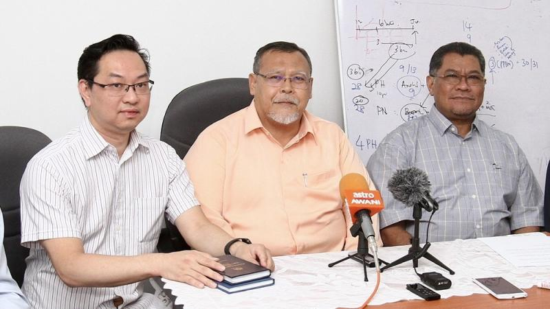 Aminolhuda (centre) said the Johor government remains under Perikatan Nasional for now. — Picture by Ben Tan