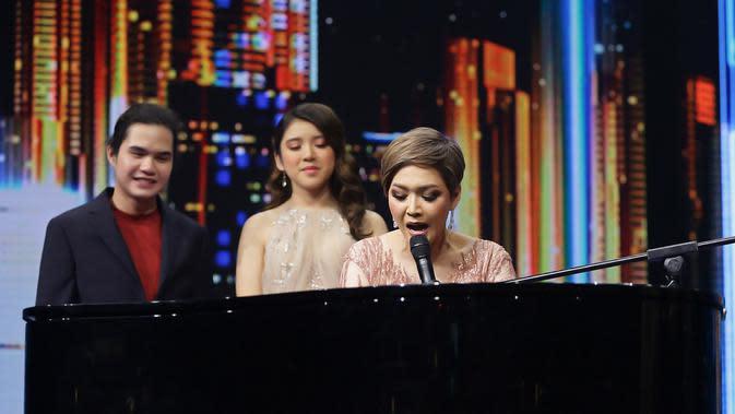 Maia Estianty, Dul Jaelani dan Tiara Anugerah Konser Kemenangan Indonesian Idol, Senin (9/3/2020) malam. Ibunda Dul itu menciptakan lagu untuk keduanya. (Bambang E Ros/Fimela.com)