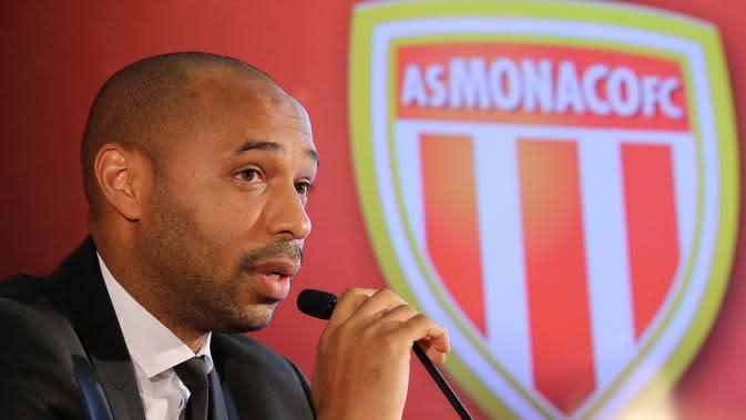 Legenda Prancis, Thierry Henry, memberikan keterangan saat diperkenalkan sebagai pelatih baru AS Monaco di Monaco, Rabu (17/10). Dirinya menggantikan posisi yang ditinggalkan Leonardo Jardim. (AFP/Valery Hache)