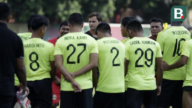 Pelatih Bhayangkara FC, Paul Munster, memberikan arahan saat sesi latihan jelang melawan Persija Jakarta pada laga Shopee Liga 1 di Stadion PTIK, Jakarta, Jumat (13/3). Bhayangkara gelar latihan jelang hadapi Persija. (Bola.com/Yoppy Renato)