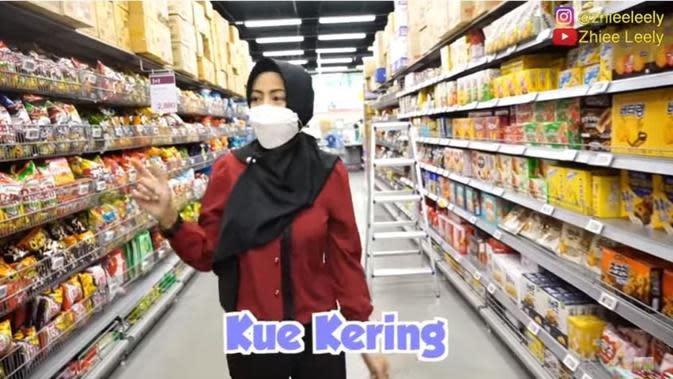 Persiapan Orang Indonesia yang Berlebaran di Korea, Beli Kue dan Stoples. foto: Youtube 'Zhiee Leely'