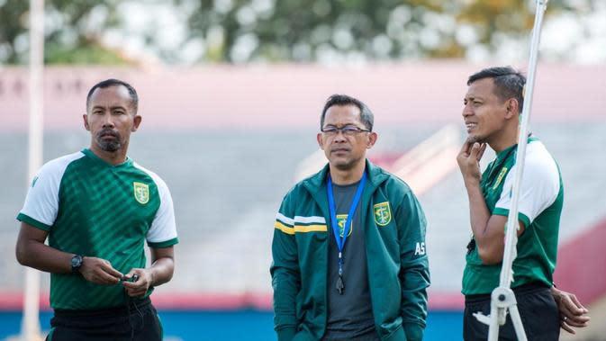 Tim pelatih Persebaya Surabaya Uston Nawawi, Aji Santoso, dan 'Bejo' Sugiantoro. (Dok Persebaya)
