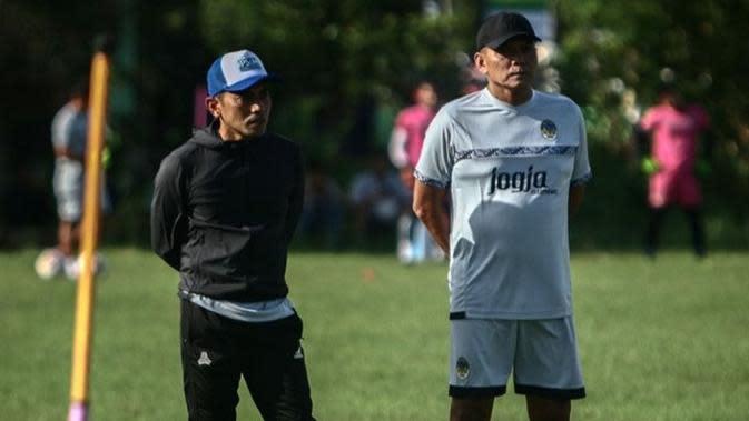 Bonggo Pribadi (kanan) yang kini menjadi asisten pelatih di PSIM Yogyakarta. (Istimewa/Instagram resmi PSIM)