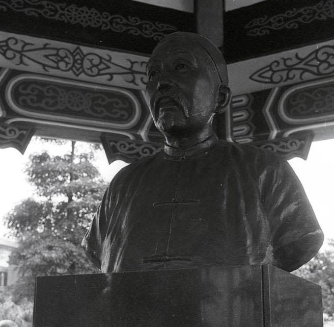 台北市新公園(現228公園)大潛亭的劉銘傳銅像。(資料照片,田克南攝)