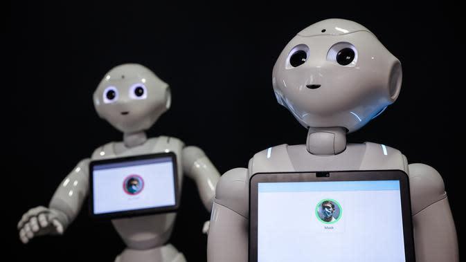 Robot-robot Pepper terlihat di SoftBank Robotics di Paris, Prancis (10/9/2020). Dengan fitur baru, robot Pepper mampu mendeteksi apakah orang-orang memakai masker, dan jika ada yang tidak memakai masker, dia akan memerintahkan mereka untuk memakainya. (Xinhua/Aurelien Morissard)