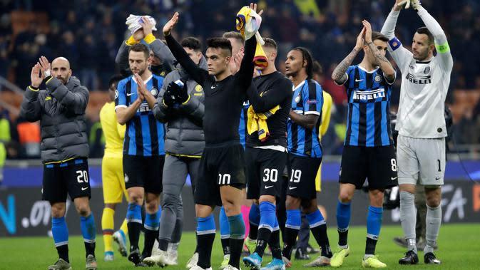 Para pemain Inter Milan menyapa supporter pada akhir laga saat menghadapi Barcelona pada pertandingan Grup F Liga Champions di Stadion San Siro, Milan, Italia, Selasa (10/12/2019). Barcelona menang 2-1. (AP Photo/Luca Bruno)