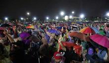 泰國抗議人潮無懼雨勢 (圖)