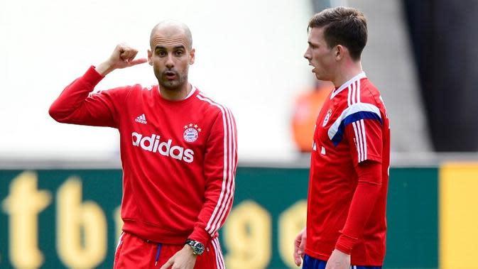 Mantan pemain Bayern Munchen, Pierre-Emile Hojbjerg (kanan), gagal bersinar di bawah asuhan Pep Guardiola (kiri). (AFP/John MacDougall)
