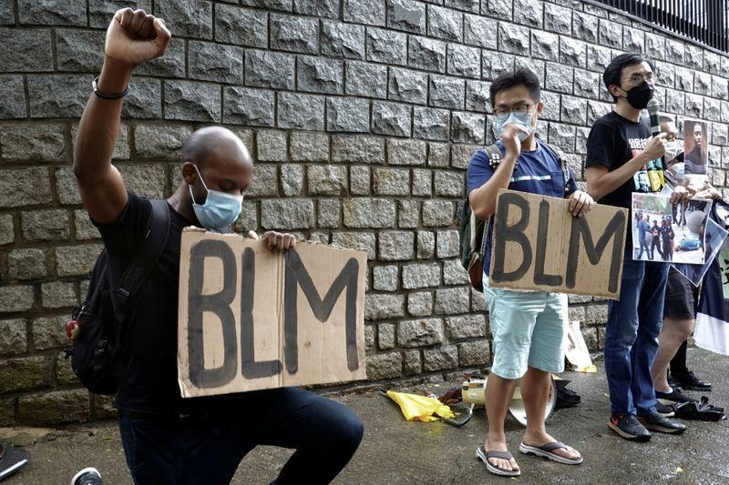 "Polisi anti huru hara Hong Kong ditegur karena teriakkan ""black lives matter'"
