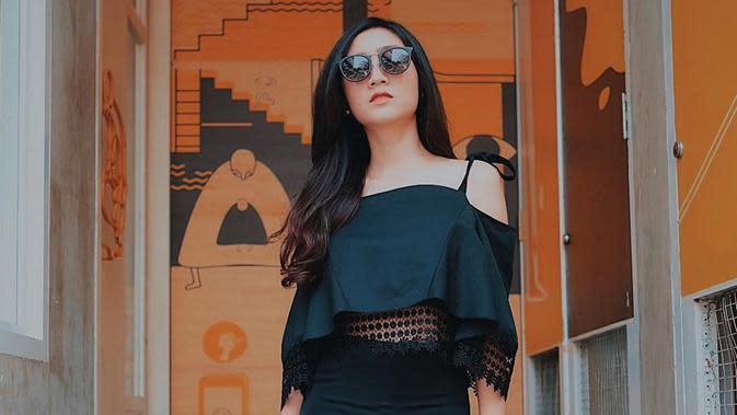 Penampilan mantan personel Blink dengan perpaduan sabrina dan skirt ini serba hitam membuat ia tampil menawan. Kacamata berlensa gelap, membuat ia semakin elegan. (Liputan6.com/IG/@febbyrastanty)