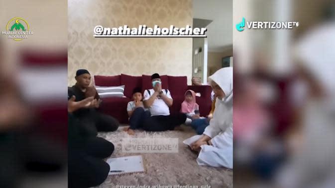 Momen Natalie Holscher Memeluk Islam (Sumber:YouTube/Vertizone TV