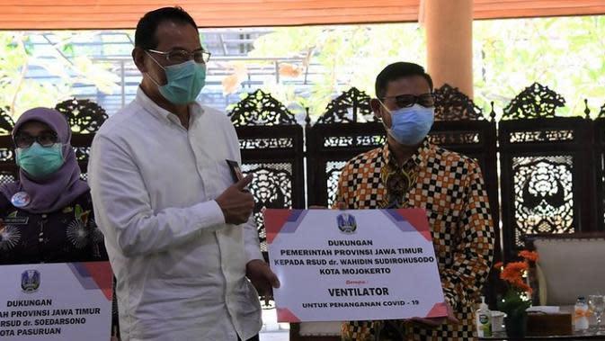 Staf Ahli Menteri Bidang Ekonomi Kesehatan Kemenkes H.Subuh ditugaskan oleh Terawan melakukan kunjungan Monitoring Pengendalian COVID-19 di Jawa Timur dan menyerahkan bantuan ventilator. (Kementerian Kesehatan)
